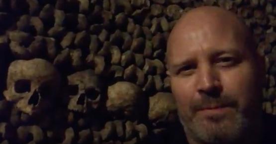 Je te fais faire le tour des catacombes de Paris. Ayoye!